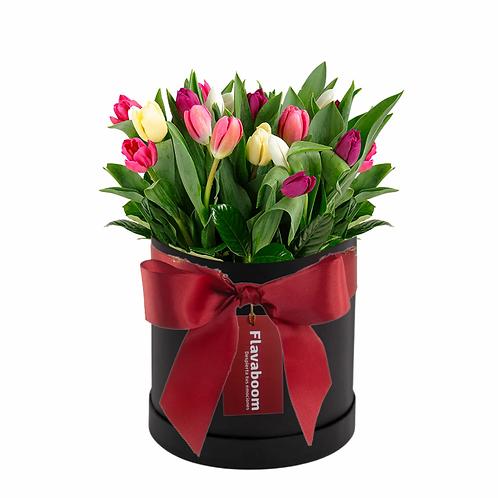 Sombrerera elegante con 20 tulipanes en colores variados