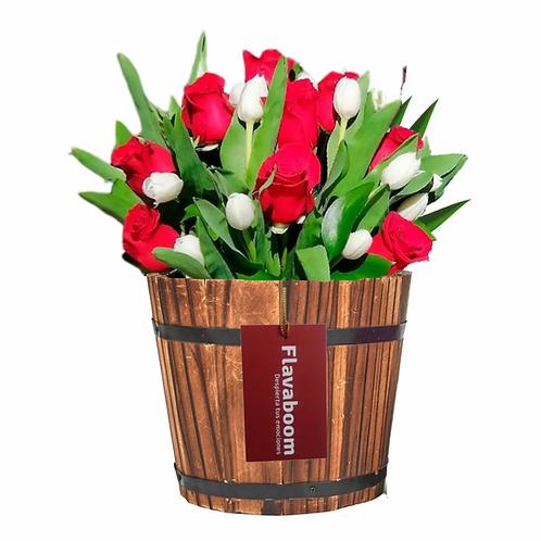 Base de madera vintage con Rosas y Tulipanes