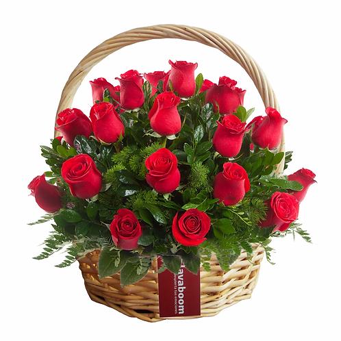 Cesto de mimbre con 20 rosas PREMIUM y verdes selectos.