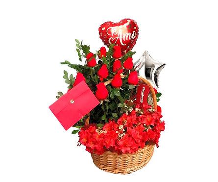 Cesto de mimbre con 10 rosas, Astromelias y Globos.