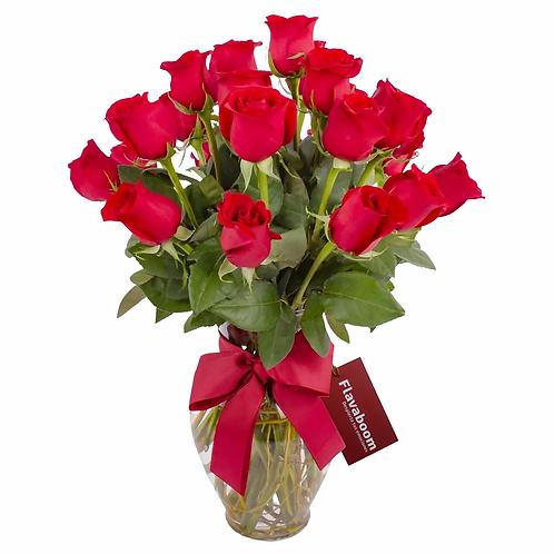 Arreglo floral en florero ánfora con 24 rosas rojas PREMIUM