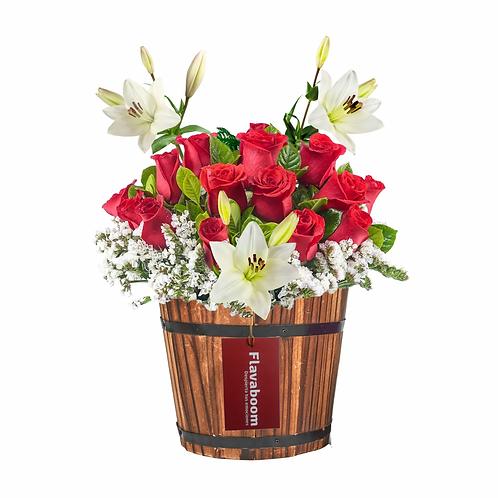 Base de madera con 14 rosas PREMIUM, lirios y follaje