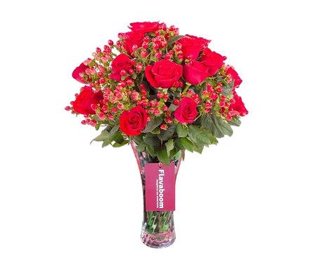 Base de vidrio con 20 Rosas rojas y follaje