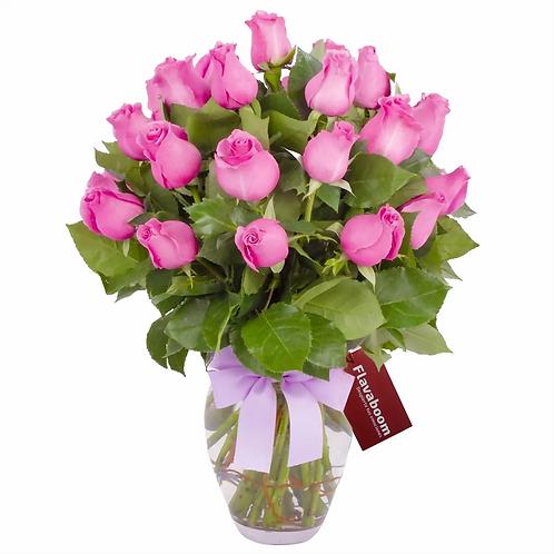 Arreglo floral en florero ánfora con 24 rosas rosadas