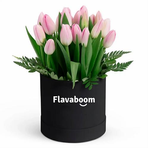 Sombrerera con 20 tulipanes rosados y bombones Ferrero Roche