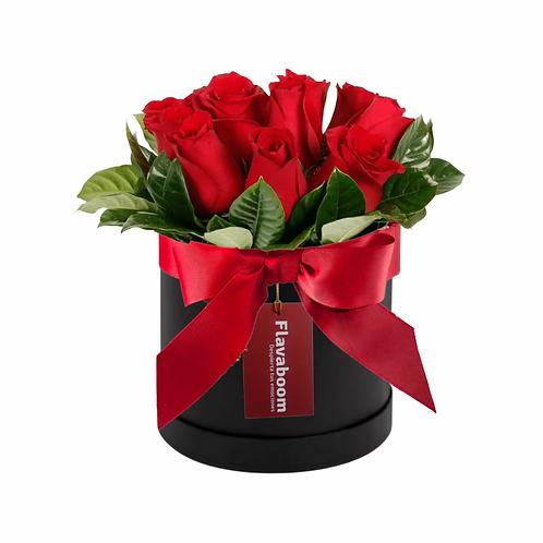 Sombrerera negra con 10 rosas rojas y lazo rojo