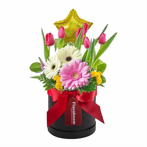 Arreglo floral con tulipanes rojos, garberas y flores variadas