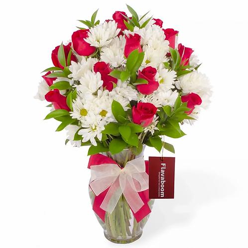 Arreglo floral en florero con rosas rojas y flores variadas