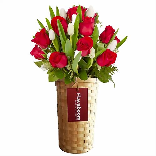Arreglo floral PREMIUM con tulipanes blancos y rosas rojas