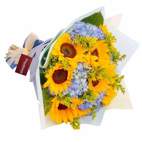 Ramo de flores con girasoles, hortensias azules y solidago
