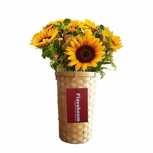 Sol, arreglo floral en cesto de mimbre con girasoles
