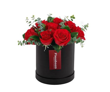 Sombrerera negra con 12 Rosas y verdes selectos