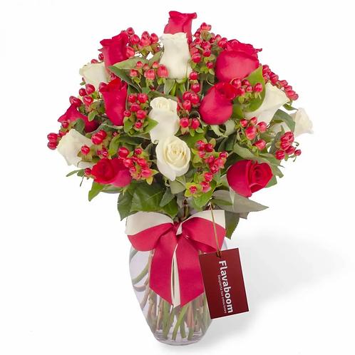 Julia - Arreglo floral en florero con mix de 24 rosas