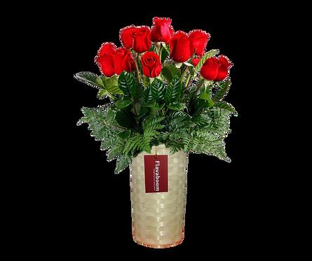 Base de mimbre con 15 Rosas rojas