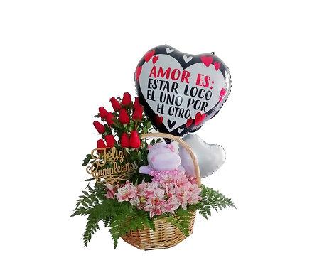 Canasta de mimbre con 12 rosas, peluche y globos