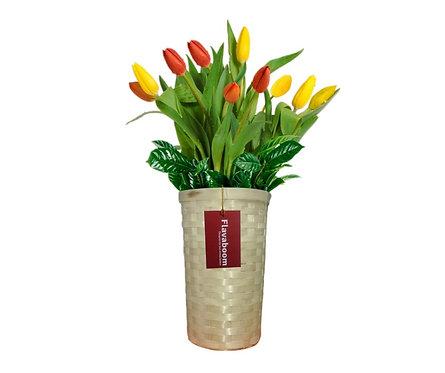 Base de mimbre con 10 tulipanes.