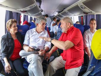 """Líder nas pesquisas, Lula reage à """"caçada judicial"""" percorrendo 25 cidades do Nordeste"""