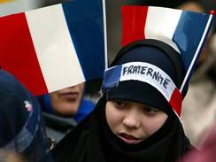 Militares franceses da reserva e de extrema direita ameaçam guerra civil contra muçulmanos