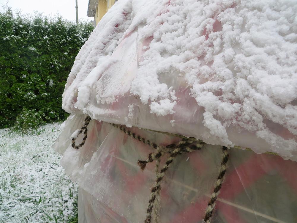Der überraschender Schnee am 28. April hat die Jurte wie ein Filz abgedeckt