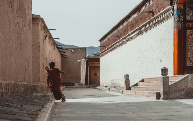 Monk running around the corner - Anahi C