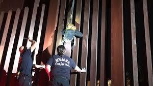 Mexicana ilegal quedó colgada del muro fronterizo en Nogales