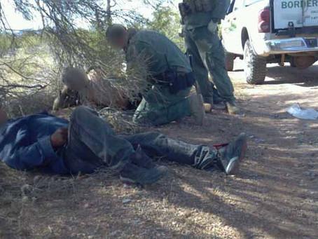 Coyote abandona a 24 ilegales centroamericanos en desierto texano y Border Patrol los rescata