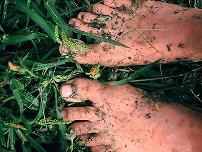 Souvenir d'un désherbage, pieds nus sous l'orage ⛈⚡️🌱