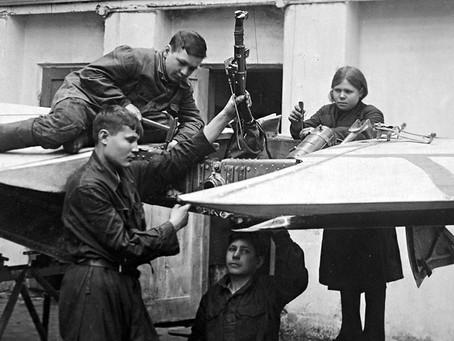 В 1942–1943 гг. на заводе № 617 количество стахановцев увеличилось с 22 до 884 человек...