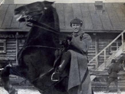 В годы войны младших лейтенантов конницы в СибВО готовил Новосибирский кавалерийский клуб...