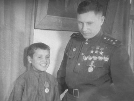 В 1943 г. наш легендарный земляк Александр Иванович Покрышкин посетил завод...