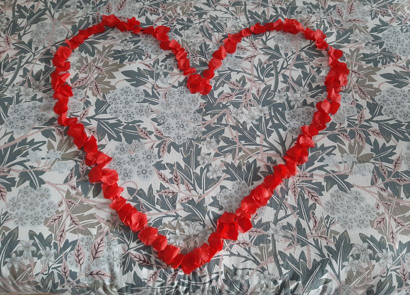 coeur avec petales de roses