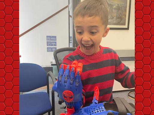Matheo el niño riverense de 7 años que se ganó una mano de hombre araña