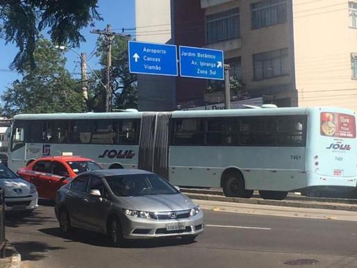 Briga de casal termina com mulher esfaqueada dentro de ônibus em Porto Alegre