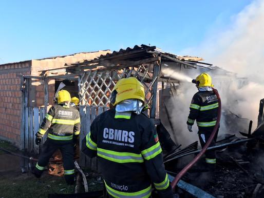 Incêndio consome parcialmente residência no bairro Wilson