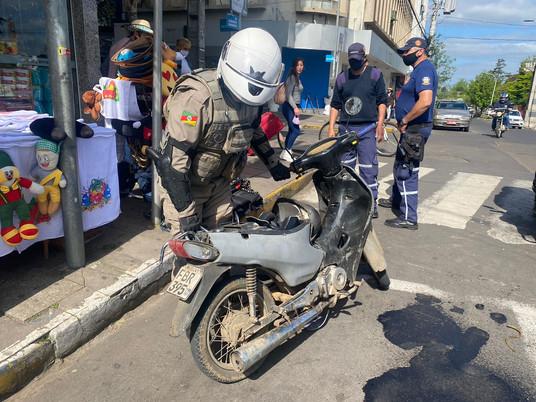 Homem destrói a própria moto durante abordagem no centro de Livramento