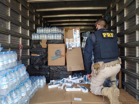 PRF apreende caminhão carregado de cigarros contrabandeados em Bagé