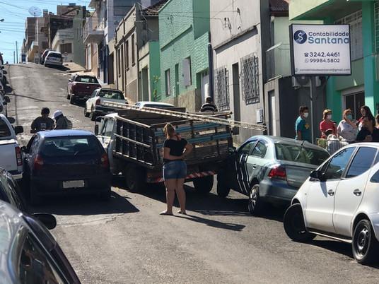 Camioneta desgovernada atinge três veículos e interrompe trânsito no centro de Livramento