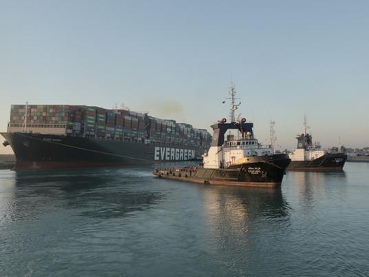 Navio desencalha no Canal de Suez e volta a navegar após 6 dias