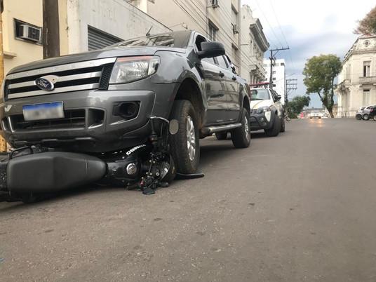 Homem bate em motocicleta estacionada, arrasta veículo e é preso em Livramento