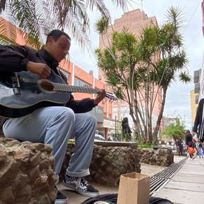 Musico leva arte e fé para a população nas ruas da Fronteira da Paz
