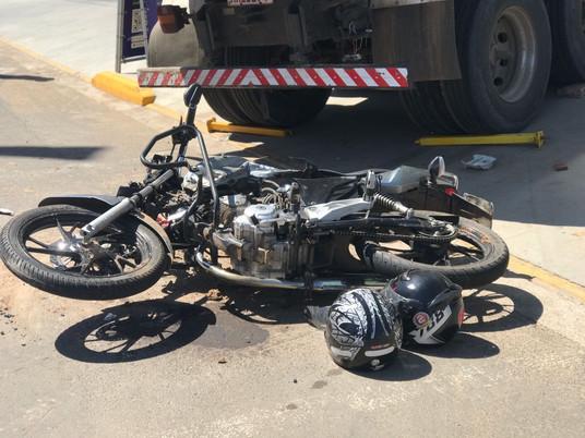 Grave acidente entre motocicleta e caminhão deixa dois feridos na Av. João Goulart