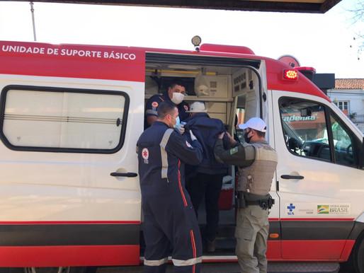 Idoso sofre mal súbito, cai duas vezes em parada de ônibus e é socorrido pela BM e SAMU