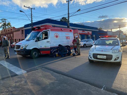 Acidente entre carro e moto deixa mulher ferida no centro de Livramento