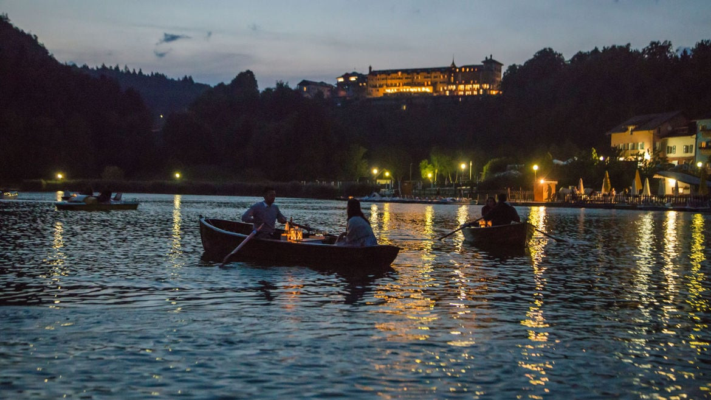 Cena in Barca sul Lago