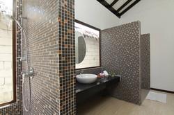 pakej-percutian-pulau-malaysia-bubu_villa_beach_villa_interior-bathroom-300x200