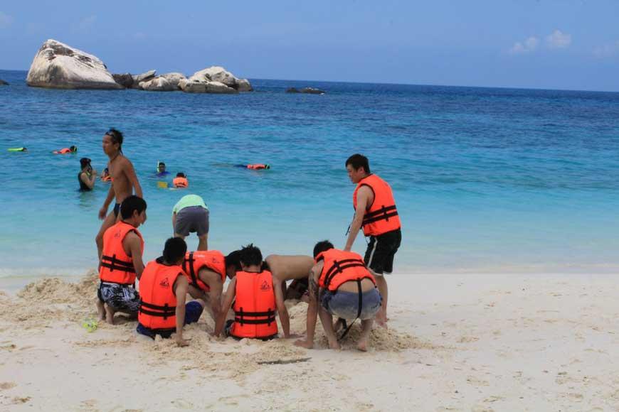 pakej-percutian-pulau-malaysia-pulau-tioman-sunbeach-resort-snorkeling1