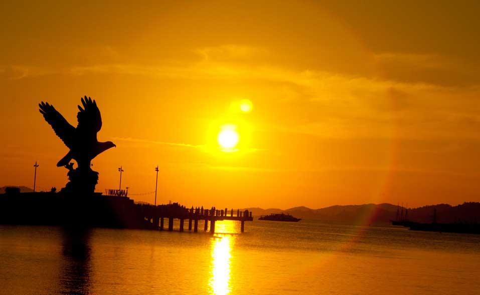 pakej-pulau-malaysia-pakej-pulau-langkawi-tugu-lang