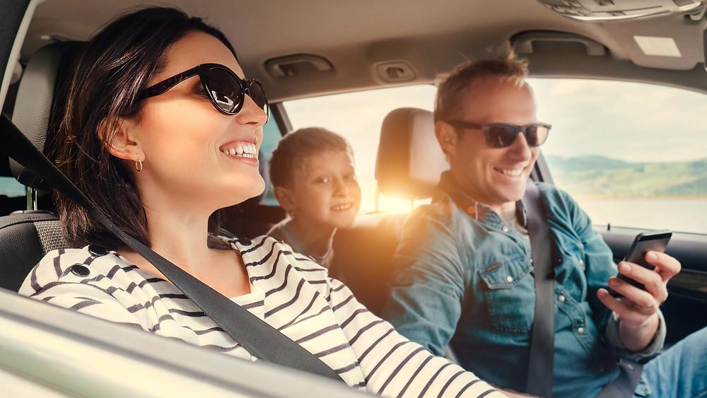 Famiglia in auto senza mascherina