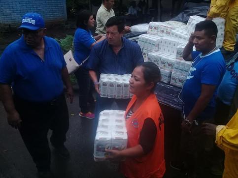 Diputado del PCN Cnel. Antonio Almendariz hace donación de víveres a personas afectas por las lluvia