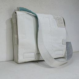 1.오프화이트색 코튼 베이스에 패치워크 포인트와 끈 안쪽의 세 줄 배색